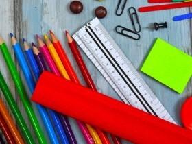 imagem contendo vários lápis de cor (marrom, verde, azul, roxo, rosa, amarelo, laranja e vermelho), régua, clips, bloco de anotação e  tachinha. Imagem extraída do google sem restrição de uso