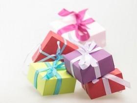 imagem de caixas de presentes coloridas - extraída do google sem restrição de uso e compartilhamento