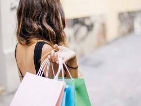 imagem de uma mulher de costas com três sacolas na mão direita - extraída do pixaby - uso free