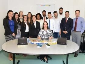 Yara com a equipe de conciliadores do PROCON - foto Luiz Granzotto